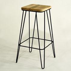 Graziler und sehr stabiler Barhocker mit Hairpin-Konstruktion und massivem Holzsitz aus naturfarbenem Mangoholz. Industrial-Vintage im Retro-Design für die Bar und zuhause.
