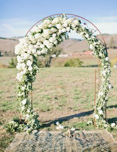 White floral arch www.bruiloftinspiratie.nl