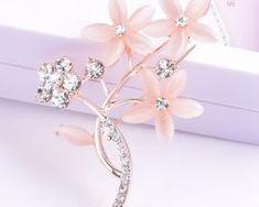 Luxusná brošňa v tvare stonky s ružovými kvetmi a kryštálikmi,,