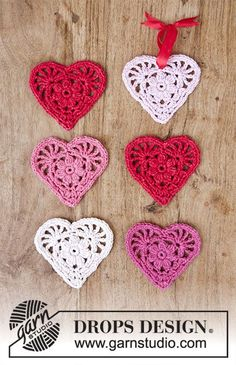 Rejoice - Crochet heart for Christmas. The piece is worked in DROPS Cotton Merino. - Free pattern by DROPS Design Crochet Christmas Decorations, Crochet Ornaments, Crochet Decoration, Drops Design, Crochet Stars, Crochet Flowers, Crochet Gifts, Free Crochet, Knitting Patterns Free