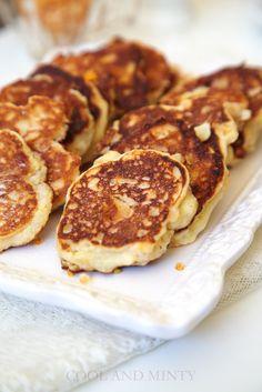 Puszyste i delikatne placuszki z twarożkiem i karmelizowanymi jabłkami. Z chrupiącymi płatkami migdałów i cukrowo-cynamonową posypką. Sm... Pancakes, Bacon, Meat, Breakfast, Food, Beef, Morning Coffee, Meal, Crepes