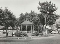 1958 Someren, Wilhelminaplein OMSCHRIJVING Speelheuvelplein, gezien in de richting van de Speelheuvelstraat met v.l.n.r. Cafehet Wapen van Someren, de kiosk en rechts stukje van de luifel van Hotel Centraal.