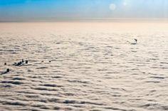 Z gęstej pierzyny chmur wynurzają się najwyższe budynki stolicy: Pałac Kultury, Wieżowiec Daewoo, czy Szkielet Złotej 44 i kominy elektrociepłowni
