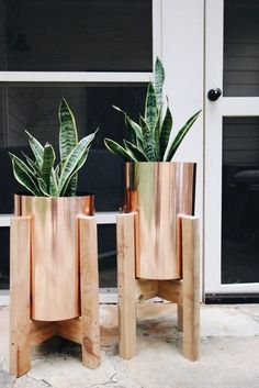 16 Stylish Backyard Decor DIYs to Elevate Your Outdoor Style via Brit + Co – 2019 - Metal Diy West Elm Planter, Garvin And Co, Copper Planters, Diy Planters, Copper Pots, Modern Planters, Diy Planter Stand, Modern Patio, Deco Floral
