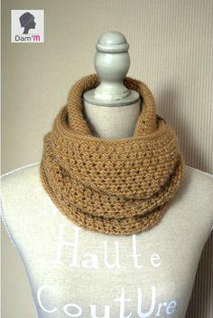 Sous l'oeil de Dam'M (By Galexia) Crochet Snood, Crochet Amigurumi, Crochet Slippers, Crochet Scarves, Mode Crochet, Crochet Diy, Crochet Gifts, Patron Crochet, Diy Scarf