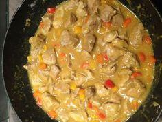 sauté de porc, poudre de colombo, poivron rouge, poivron jaune, farine, cube de bouillon, poivre, Sel, oignon