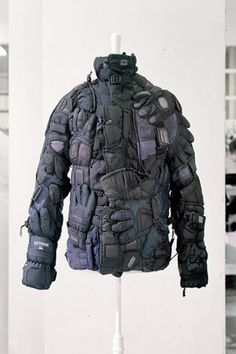Maison Martin Margiela => réunir des pièces de vêtement anciennement destinées à une autre fonction, accumuler, confondre