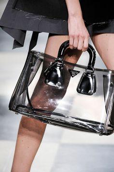 De Tas Om Je Sheer Look Mee Af Te Maken High Fashion Catwalk Bags