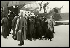 """Stalingrad, Jan. 1943 """"Während der Pilot seine JU 52 betankt, werden wichtige Stabsakten und Materialien, die den Russen nicht in die Hände fallen sollen, aus dem Kessel gebracht."""""""