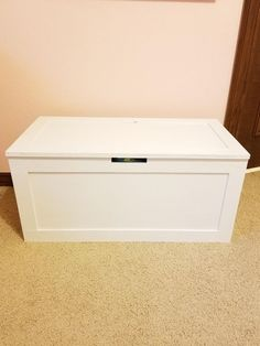 A great toy box can definitely help keep children's rooms more organized but most are so heavy! This DIY wooden toy box is made using plywood so it's more gentle on kid's fingers! Diy Storage Cabinets, Diy Storage Boxes, Toy Storage, Diy Toy Box, Diy Box, Kids Toy Chest, Kids Toy Boxes, Wooden Toy Boxes, Toy Rooms