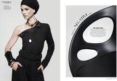 Moda combinada con hermoso mobiliario de #FritzHansen en Harper's Bazaar Interiors. #RIN Chairde #HiromichiKonno.