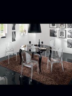 Tavolo Romantico. Dimensioni: 140 x 140 x 76 (altezza). Struttura: metallo nero lucido. Piano: vetro serigrafato nero.  www.eurosedia.it  #tavolo #sedie