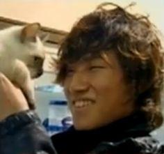 Daesung (강대성) of Big Bang (빅뱅) and kitty.