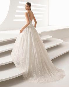 Vestido de novia estilo princesa de encaje y pedrería con escote V y adorno pedrería. Colección 2018 Rosa Clará.