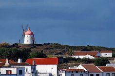 Açores - cidades - Pesquisa Google - Ilha Graciosa nos Açores – o basalto, o verde e o branco ... guia-viagens.aeiou.pt640 × 429Pesquisar por imagens Foto de moinho vermelho e casas.
