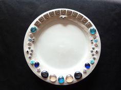 Keramik-Teller weiß glasiert & liebevoll verziert - *kann von Hand gespült werden!*  Schön als Deko-Teller für Süsses, Kerzen, Gebäck, Obst, Nüss...