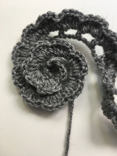 FLORES DE CROCHET Learn the fact (generic term) of how to needlecraft (generic term), starting at th Crochet Simple, Love Crochet, Crochet Leaves, Crochet Flowers, Flower Applique Patterns, Knitting Patterns, Crochet Patterns, Crochet Hair Accessories, Yarn Flowers