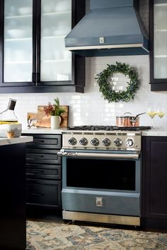 Happy Holidays from the (indoor) Nook!🌲🎅🏻✨ Do you incorporate #christmasdecor into your kitchen? #holidaydecorating @HestanHome #hestanathome Lakeside Living, Christmas Kitchen, Nook, Annie, Kitchen Appliances, Happy Holidays, Dining, Night, Holiday Decor