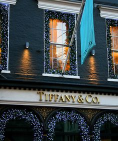 Christmas holidays christmas lights new york city tiffanys Tiffany and Co. London Christmas Gifts, Christmas Love, Christmas Lights, Christmas Holidays, Christmas Decorations, Weihnachten In London, Mayfair London, The Brunette, Winter Travel Outfit
