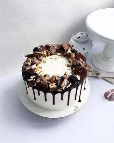 Image may contain: dessert and food Chocolate Cake Designs, Chocolate Drip Cake, Funfetti Cake, Oreo Cake, Birthday Cake For Him, Cake Decorating For Beginners, Birthday Cake Decorating, Dessert Decoration, Just Cakes