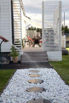 ルーバーで囲われIKEAのタープの張られたウッドデッキのテラス Front Yard Garden Design, Backyard Garden Design, Fence Design, Diy Garden Decor, Outdoor Landscaping, Outdoor Gardens, New England Style Homes, London Garden, House Paint Exterior