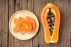 The health benefits of papaya need no introduction, but did you know you can use it to make various kinds of face masks? It keeps the skin hydrated and tightens it. The benefits of papaya are many. Papaya Smoothie, Green Papaya Salad, Papaya Face Mask, Lemon On Face, Nutrition Articles, Pregnant Diet, Healthy Beauty