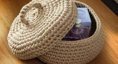 Under its pretty lid handle, this basket will hide elegantly small bazaars that drag in the bathroom. Easy to crochet and maintain thanks to its pretty cotton, it … Crochet Diy, Crochet Home Decor, Crochet Hats, Cotton Cord, Home Decor Baskets, Basket Bag, Knitted Bags, Merino Wool Blanket, Crochet Projects