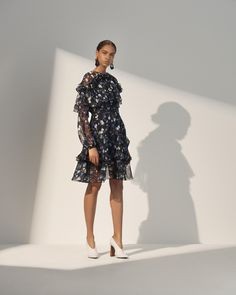 The complete Prabal Gurung Resort 2018 fashion show now on Vogue Runway. Vogue Fashion, Fashion 2018, Look Fashion, Runway Fashion, Fashion Dresses, Fashion Design, Prabal Gurung, Fashion Show Collection, Elegant Outfit