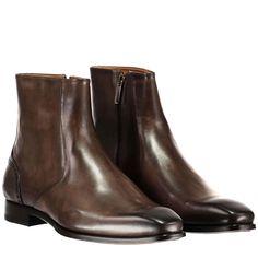 BRECOS Stiefeletten aus Leder ► Die Stiefletten von BRECOS sind in der kommenden Herbstsaison ein echter Hingucker. Aus weichem Leder gefertigt zeichnen sich die Schuhe durch die Lochmuster-Details im Fersenbereich aus. Vielseitig kombinierbar werden die Schuhe in gepflegten Looks zum unverzichtbaren Essential.