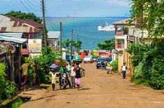 Rue de Freetown, Sierra Leone, a nice looking day in the city of Freetown. A great view of the ocean and a better view of the city. Sierra Leone, Paises Da Africa, West Africa, Liberia, Cool Places To Visit, Places To Go, Thinking Day, Africa Travel, Countries Of The World
