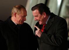Der damalige Bundeskanzler Gerhard Schröder empfängt den russischen Präsidenten Wladimir Putin im Dezember 2004 in Hamburg. (Bild: Jan Bauer / AP / Keystone)