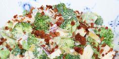 Cremet broccolisalat med søde, sprøde æbler og umami fra baconen. En salat, der overvinder selv de stærkeste salatskeptikere.
