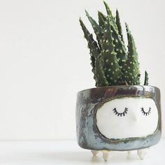 Designer Janet Hinkle behind the shop Hinkleville imgine cups and planters representing cute little sleepy characters. Beautiful creations that can become cactus and other plants and others all your hot drinks. A way to decorate and begin your day with the smile.