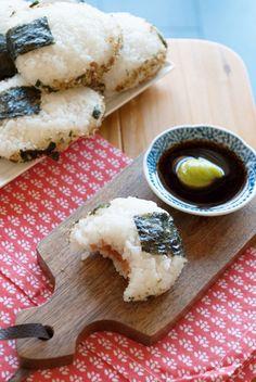 Onigiri, dat zijn Japanse rijstballetjes gevuld met een vulling naar keuze. Ik maakte drie versies: spicy tuna, sake rundvlees en miso kip. Lekkere en leuke snack!