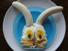 Paashaas met bananen oren kwart met twee eieren als ogen. ziet er gezellig en lekker uit de pasen voor de kinderen
