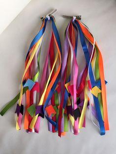 Enfeite Junino para Cabelo - 8 fitas coloridas com 30 cm de comprimento com bandeirinhas em feltro coloridas. O enfeito pode ser preso no bico de pato com 4,5 cm de comprimento ou no elástico.    Valor do par de enfeite - R$ 29,90    As fitas e o feltro podem ter variação na cor.