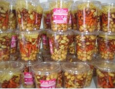 Vasos de cacahuates y sabritas