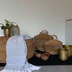 """Thuis bij jou op Instagram: """"HANDMADE WITH LOVE 💛 De poef en shopper zijn gemaakt van 100% zeegras! #thuisbijjou #poef #windlicht #kokosnootschaal #bloempot #shopper…"""" Wicker Baskets, Straw Bag, Bags, Instagram, Home Decor, Handbags, Decoration Home, Room Decor, Home Interior Design"""