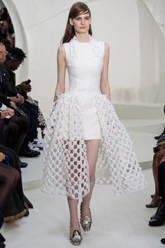 Christian Dior No podían faltar los largos mini y los volantes péplum en un desfile de la Maison Dior. Éste vestido es ideal para celebrar un enlace a orillas de cualquier cala mediterránea.