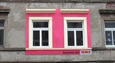 Prédios degradados são renovados e funcionam como outdoors para marca de bricolage.