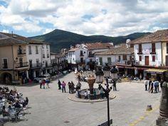 La Plaza del Monasterio, con la Calle Sevilla al fondo y la hermosa fuente que fue pila bautismal, en el centro.