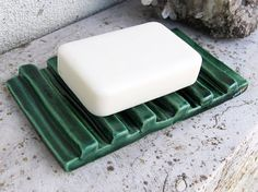 Green Ceramic Soap Dish by azulado on Etsy Hand Built Pottery, Slab Pottery, Ceramic Pottery, Ceramic Soap Dish, Ceramic Clay, Soap Dishes, Pottery Lessons, Pottery Classes, Cerámica Ideas