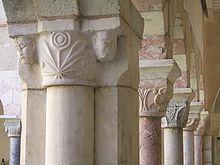 Abbazia di Saint-Génis-des-Fontaines - Capitelli scolpiti del chiostro dell'abbazia.