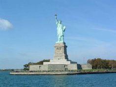 'La libertad iluminando al mundo' es el verdadero nombre de la obra de arte conocida como 'La Estatua de la Libertad'. El monumento se encuentra en la isla de la Libertad, al sur de la isla de Manhattan, fue un regalo de los franceses a los estadounidenses en 1886, cuando se inauguró. Es obra del escultor francés Fédéric Auguste Bartholdi, la estructura fue diseñada por el famoso ingeniero Gustave Eiffel que, posteriormente, crearía la torre que lleva su nombre, símbolo de la ciudad de…