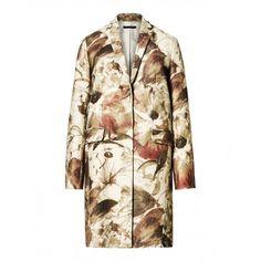 Cappotto, in misto lana jacquard, due tasche a pattina, collo reverse, chiuso davanti con bottoni automatici.