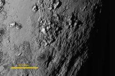 명왕성 - 미국 항공우주국(NASA·나사)이 15일 공개한 명왕성의 확대 사진에서 최고 3300m 높이의 얼음 산맥이 모습을 드러내고 있다. 이 사진은 무인탐사선 뉴호라이즌스호가 전날 명왕성에 가장 근접하기 1시간 반 전에 찍은 것이다.