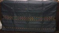 warna abu abu..  saat kain ini di foto tidak menggunakan blitz,  cahaya didapatkan dari lampu.