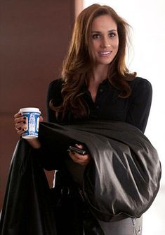 Meghan rose to fame in 2010 as Rachel Zane in the popular US legal drama series Suits Rachel Zane Suits, Suits Meghan, Suits Tv Series, Suits Tv Shows, Meghan Markle Hair, Meghan Markle Style, Markle Suits, Suits Usa, Sussex