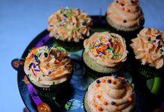 """Voilà de délicieux cupcakes parfaits pour Halloween, ils sont beaux et ils sont bons!!!! Pour le coeur """"crunch"""" j'ai utilisé de la pâte à tartiner Ovomaltine, et c'est trop bon! **Cupcakes Halloween crunch vanille** °°Pour 9 cupca"""