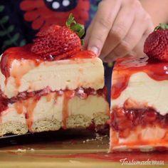 White Chocolate Strawberry Cheesecake recipe Creamy white chocolate makes a classic strawberry dessert even more irresistible. No Bake Desserts, Easy Desserts, Delicious Desserts, Dessert Recipes, Yummy Food, Health Desserts, White Chocolate Strawberries, Strawberry White Chocolate Cheesecake, Strawberry Cheesecake Lush Recipe